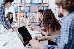 Ungt affärslagmöte i kontoret arkivfoto
