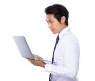 Ungt affärsmanbruk av anteckningsbokdatoren Fotografering för Bildbyråer
