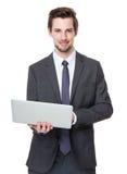 Ungt affärsmanbruk av anteckningsbokdatoren Royaltyfri Fotografi