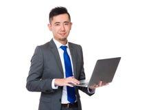 Ungt affärsmanbruk av anteckningsbokdatoren Royaltyfri Bild