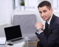 Ungt affärsmansammanträde i hans kontor Fotografering för Bildbyråer