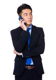 Ungt affärsmansamtal till mobiltelefonen Royaltyfri Bild