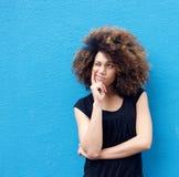 Ungt afro tänka för kvinna arkivfoto