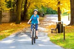 Ungt aktivt cykla för folk Royaltyfri Fotografi