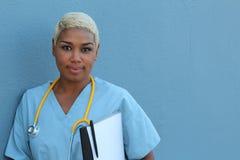 Ungt allvarligt afro amerikanskt sjuksköterskaanseende på sjukhussalen med skrivplattan och penna i hand Neutralt uttryck som ser arkivfoton