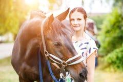 Ungt anseende för tonårs- flicka med hennes fjärdsto Royaltyfri Fotografi