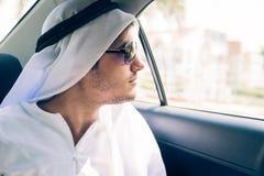 Ungt arabiskt mansammanträde i bilen Arkivfoton