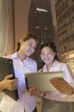 Ungt arbeta för affärskvinnor som är utomhus- Royaltyfri Fotografi