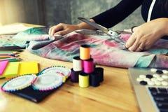 ungt arbete för modeformgivare med tyg Arkivfoton
