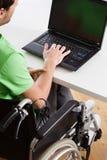 Ungt arbete för rörelsehindrad anställd royaltyfri bild