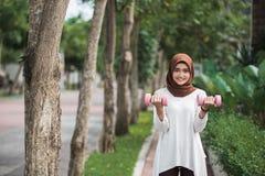 Ungt asiatiskt öva för muslimkvinna som är utomhus- Royaltyfri Fotografi