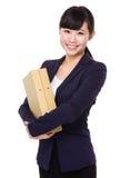 Ungt asiatiskt dokument för hållande mapp för affärskvinna Royaltyfria Bilder