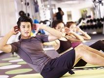Ungt asiatiskt folk som övar i idrottshall royaltyfria foton