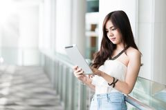 Ungt asiatiskt kvinnaanseende på korridoren Royaltyfria Bilder