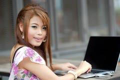 Ungt attraktivt affärskvinnaarbete på henne bärbar dator på utomhus- Royaltyfri Foto