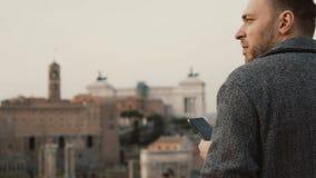 Ungt attraktivt affärsmanbruk smartphonen utanför i varm vårdag Stiligt manligt prata med vänner lager videofilmer