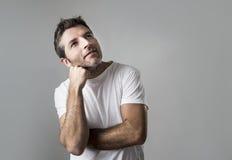 Ungt attraktivt göra en gest för man som är fundersamt som, om dagdrömma för Arkivbild