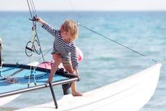 Ungt barn ombord av havsyachten Arkivfoton