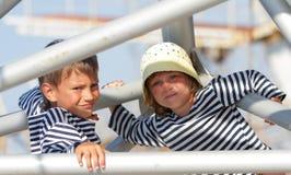 Ungt barn på naturlig bakgrund Arkivfoton