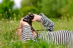 Ungt barn som använder ett par av kikare Royaltyfri Foto
