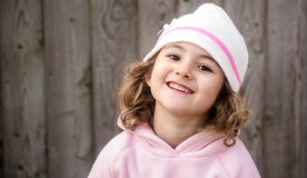 Ungt barn som ler på kameran Royaltyfria Bilder