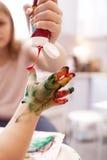 Ungt barn som spelar med fingermålarfärger Arkivfoton