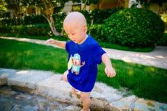 Ungt barn som spelar utanför i strömmen Royaltyfri Fotografi
