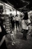 Ungt barnblickar förlorade i den fullsatta chinatown gatan, Singapore royaltyfria foton