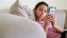 Ungt barnmodell genom att använda iphone lager videofilmer