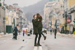 Ungt bekymmerslöst lyckligt folk Caucasian unga studenter Grabb och flicka Förälskelse Gå tillsammans på den europeiska gatan i v royaltyfri foto