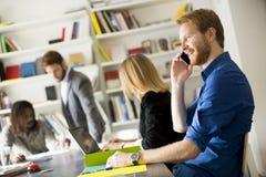 Ungt blandras- folk i modernt kontor arkivfoton