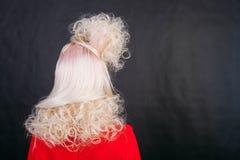 Ungt blont kvinnahuvud från svartbakgrund för tillbaka sida Arkivbild