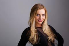 Ungt blont le för kvinna royaltyfri foto
