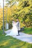 Ungt bröllop kopplar ihop Royaltyfri Fotografi