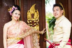 Ungt bröllop på allmänheten Royaltyfria Foton