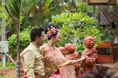 Ungt bröllop på allmänheten Arkivbild