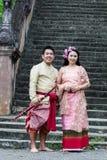 Ungt bröllop på allmänheten Royaltyfri Fotografi