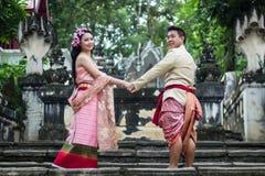 Ungt bröllop på allmänheten Arkivfoto