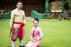 Ungt bröllop på allmänheten Arkivfoton