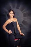 Ungt brunettkvinnasammanträde Fotografering för Bildbyråer