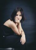 Ungt brunettkvinnasammanträde Arkivfoto