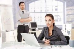 Ungt businessteamarbete i regeringsställning arkivfoton