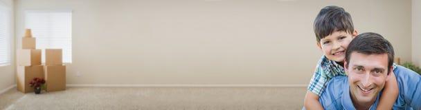 Ungt Caucasian fader- och soninsidarum med askbanret Fotografering för Bildbyråer