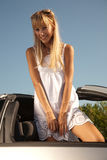 Ungt charmigt kvinnaanseende i bilen royaltyfri fotografi