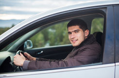 Ungt chaufförsammanträde i en bil Royaltyfria Foton