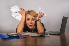 Ungt desperat och frustrerat arbete för härlig och stressad skrivbordsarbete för affärskvinna hållande på känseln för skrivbord f fotografering för bildbyråer