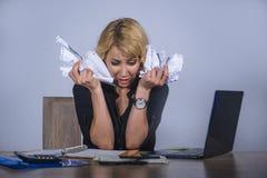 Ungt desperat och frustrerat arbete för härlig och stressad skrivbordsarbete för affärskvinna hållande på känseln för skrivbord f royaltyfri fotografi