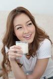 Ungt dricka för kvinna mjölkar Royaltyfri Bild