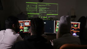 Ungt en hackerlag som arbetar på en dator Cybercrime cyberattackbegrepp arkivfilmer