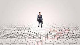 Ungt entrepren?ranseende i en mitt av en labyrint royaltyfri bild